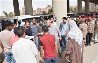 محافظ المنيا يتابع تطبيق تعريفة الأجرة الجديدة بموقف سيارات الاخصاص