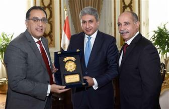 رئيس الوزراء يُهدي وزير الطيران السابق درع تكريم بحضور الوزير الحالي