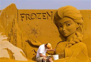 أشكال رملية لشخصيات ديزنى وبيكسار ومارفل على شاطئ بلجيكى | صور