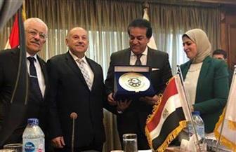 وزير التعليم العالي يكرم نائبه السابق على هامش اجتماع المجلس الأعلى للجامعات