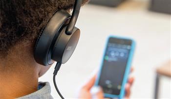 احذر.. استماع طفلك للموسيقى بسماعات الأذن يعرضه لضعف السمع