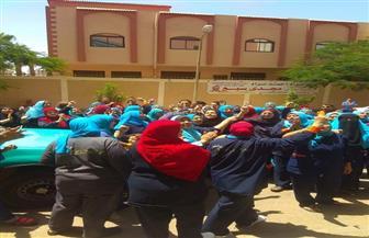 عمال شركة لخدمات النظافة يحتجون على استغناء المستشفى التعليمى بجامعة طنطا عنهم  صور