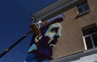 """تجنبا لغضب ميسي.. رسامون يقضون الليل لرسم صورته في مواجهة """"رونالدو"""""""