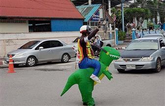 فقط فى تايلاند.. ديناصور ينظم حركة المرور   صور