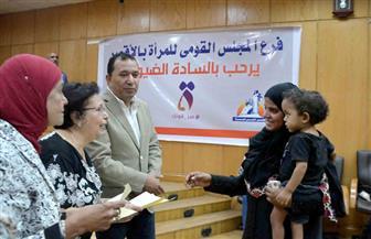 استخراج 2450 شهادة أمان لتقديمها للمرأة المعيلة والفقيرة بالأقصر | صور