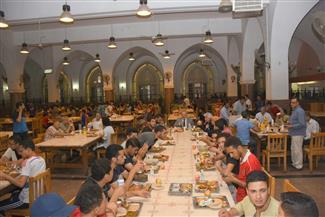 رئيس جامعة القاهرة يشارك طلاب المدينة الجامعية إفطار رمضان   صور
