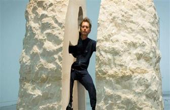 فنان فرنسي يقضي سبعة أيام داخل تمثال خشبي ضخم