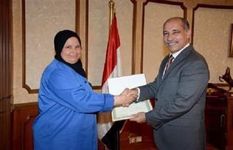 وزير الطيران يكرم عاملة لأمانتها.. أعادت 9 آلاف يورو لراكب