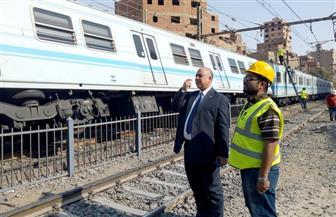رئيس المترو يعاين محطة المرج بعد سقوط عربتين من القطار عن القضبان