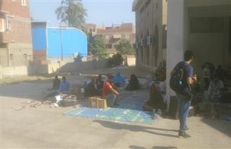 ركاب بقطار البدرشين يفترشون الأرض بمحيط مسجد محطة المرازيق | صور