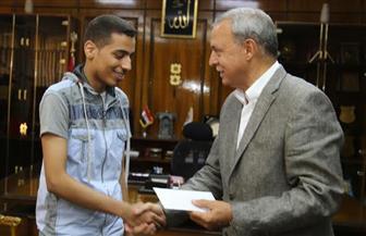 محافظ قنا يكرم صاحب المركز السابع على مستوى الجمهورية بالثانوية العامة |صور