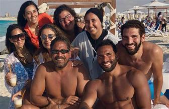 """أمير كرارة ينشر صورة تجمعه بأصدقائه على شاطىء البحر """"اللمة حلوة"""""""