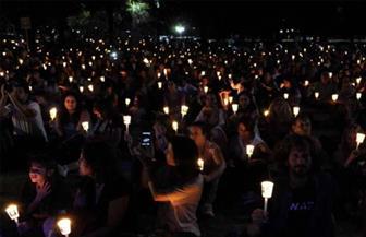 سكان برانسون الأمريكية يشعلون الشموع حزنا على ضحايا مركب سياحي