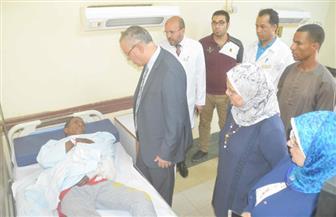 """محافظ المنيا يزور حالتين من مصابي حادث """"الشرفا"""" بالتأمين الصحي"""