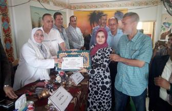 وكيلة وزارة التعليم بكفرالشيخ تكرم 60 طالبا وطالبة من أوائل الثانوية والدبلومات الفنية  صور