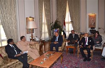 وزير الخارجية يبحث تعزيز العلاقات الثنائية مع رئيس البرلمان السريلانكي