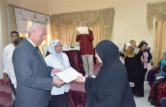 محافظ أسوان يوزع شهادات أمان لـ 350 سيدة معيلة | صور