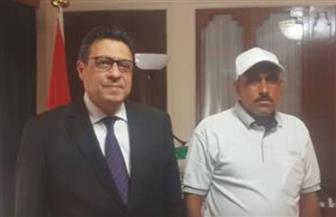 سفير مصر بالكويت يستقبل الصياد المصري منقذ منطقة شرق من حريق مأساوي