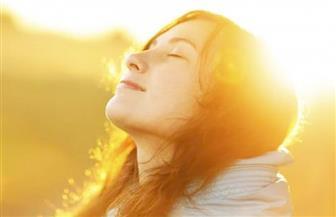 طبيب ينصح بالتعرض لأشعة الشمس لتجنب الإصابة بـ «كورونا» | فيديو