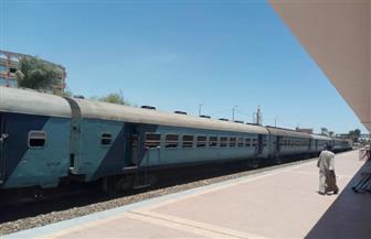 توقف حركة القطارات في قنا.. وركاب أسوان يستقلون الميكروباص | صور