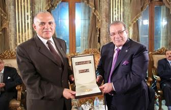  فى صالون المحور.. راتب يهدى وزير الرى قلادة جامعة سيناء