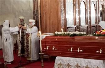 بدء القداس الإلهي بدير أبو مقار علي جثمان الأنبا إبيفانيوس | صور