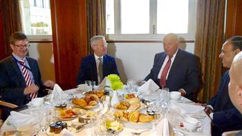 وزير الخارجية في إفطار عمل مع رئيس لجنة العلاقات الخارجية بالبرلمان الألماني
