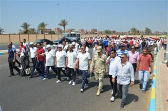 محافظ الإسماعيلية يشارك 300 شاب في ماراثون المشي احتفالا باليوم العالمي للشباب | صور