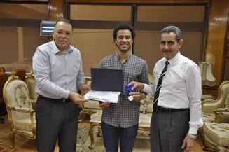جامعة قناة السويس تكرم طالبا حصد المركز الرابع على العالم في سباحة الزعانف
