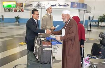 خبراء الأزهر العالمي للفتوى بمطار القاهرة يقدمون التوعية للحجيج | صور