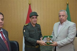 محافظ الشرقية يكرم المستشار العسكري للمحافظة لجهوده في تنفيذ المهمة القومية