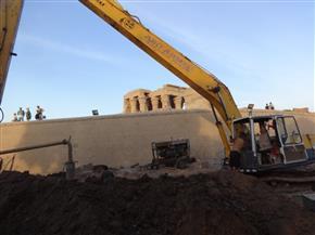 رئيس الإدارة المركزية  للآثار يتفقد أعمال مشروع سحب المياه الجوفية بمعبد كوم أمبو | صور