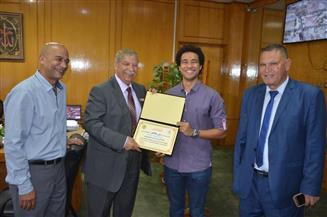 محافظ الإسماعيلية يكرم بطل مصر والعالم في سباحة الزعانف