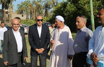 محافظ قنا يعاين موقع إنشاء محطة مياه الشرب النقالي بقرية أبنود| صور