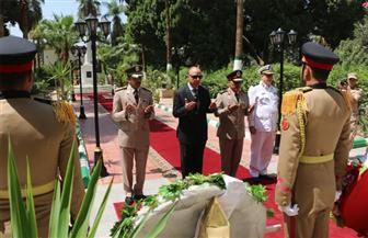 محافظ القاهرة وقائد المنطقة المركزية يضعان إكليلا من الزهور على مقابر الشهداء | صور