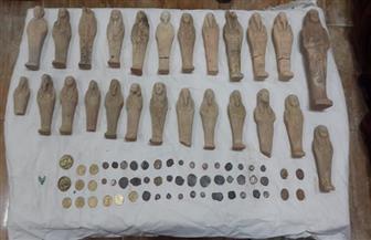 حبس موظف وشقيقه وبحوزتهما 65 قطعة أثرية بينهم 5 تماثيل بمنزلهما بالمنيا