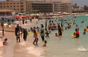 إقبال كثيف على شواطئ مرسى مطروح فى أول أيام العيد