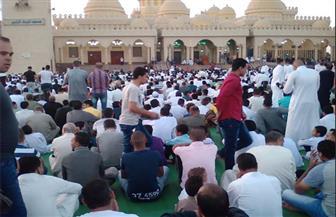 آلاف المواطنين يؤدون صلاة عيد الأضحى بمسجد الميناء الكبير في الغردقة | صور