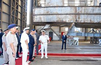 الرئيس السيسي يتفقد هناجر وورش إصلاح للقوات البحرية | صور
