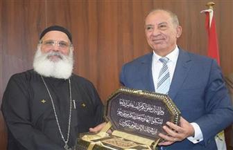 وفد الكنيسة القبطية يهدي مصحفا لمحافظ البحر الأحمر بمناسبة عيد الأضحى | صور