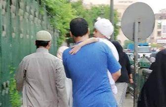 كريم عبد العزيز ينشر موقفا إنسانيا لطبيب يحمل طفلا مريضا لأداء صلاة العيد
