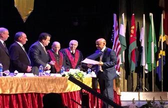 رئيس الأهرام الكندية يسلم درع التكريم لنجل إبراهيم نافع في حفل تخرج طلاب أسنان 2018 | صور