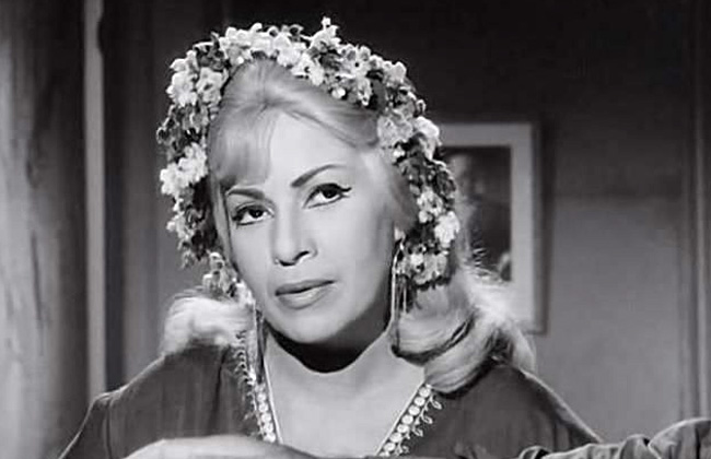 من كومبارس فى أغنية اتمخطرى يا خيل إلى ملكة الإغراء السينمائى محطات فى مشوار هند رستم | صور