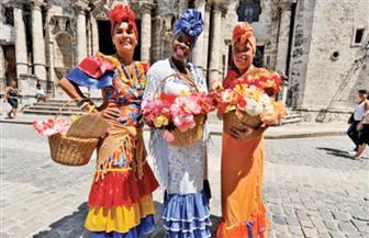 """مصدر إلهام """"بائع السوداني"""".. الباعة الجائلون في كوبا يروجون لسلعهم بالغناء"""