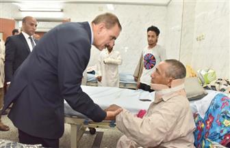 محافظ أسيوط يزور صاحب المنزل المنهار ونجله بالمستشفى.. ويقدم لهما التعزية في المتوفين| صور