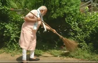 رئيس وزراء الهند يكنس مخلفات المدارس في يوم النظافة العالمي   فيديو