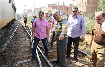 محافظ المنوفية يتفقد موقع حادث قطار منوف.. ويأمر بالتحفظ على السائق وعامل التحويلة | صور