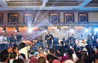 محمود العسيلي يشعل حفل تخرج طلاب كلية آداب إسكندرية | صور