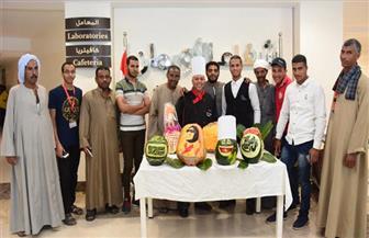 """مبادرة """"ارسم بسمة"""".. طباخ مصري ينحت وجوه مرضى السرطان على قشر البطيخ"""