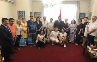 سفير مصر ببلجراد يلتقى إعلاميين وسائحين من صربيا قبل سفرهم إلى الغردقة | صور
